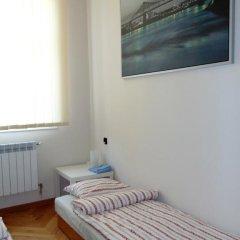 Отель B Movie Guest Rooms 2* Номер с общей ванной комнатой с различными типами кроватей (общая ванная комната) фото 5