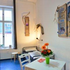 Kiez Hostel Berlin Кровать в общем номере с двухъярусной кроватью фото 7