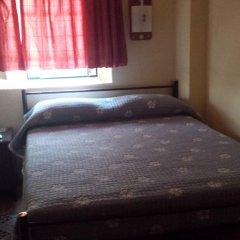 Отель Pensao Residencial Flor dos Cavaleiros 2* Стандартный номер с двуспальной кроватью (общая ванная комната) фото 6