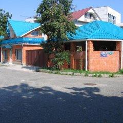 Гостевой дом Азалия Центральный парковка