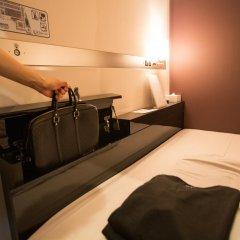 Отель First Cabin Kyobashi Кровать в мужском общем номере с двухъярусной кроватью фото 3
