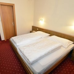 Отель Pension Garni Transit Випитено комната для гостей