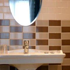 Отель Hôtel des 3 Poussins Франция, Париж - 3 отзыва об отеле, цены и фото номеров - забронировать отель Hôtel des 3 Poussins онлайн ванная фото 2