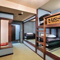 Отель Khaosan World Asakusa Ryokan Кровать в общем номере фото 3