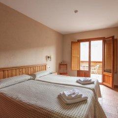 Отель Hostal Les Roquetes Керальбс комната для гостей