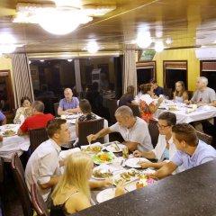 Отель Bai Tu Long Junks питание