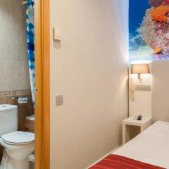 Отель Hostal Boqueria Стандартный номер с различными типами кроватей фото 10