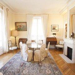 Отель Avenue Montaigne Champs Elysees Paris Париж комната для гостей фото 3