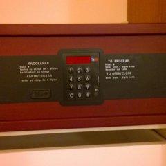 Отель Quad 1 сейф в номере