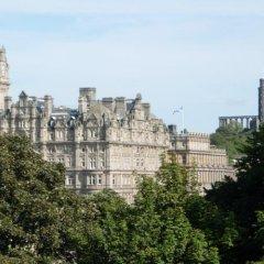 Отель Holiday Inn Express Edinburgh Royal Mile Эдинбург приотельная территория