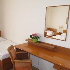 Hotel Jana / Pension Domov Mladeze Стандартный номер с различными типами кроватей (общая ванная комната) фото 7
