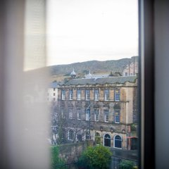 Отель Holiday Inn Express Edinburgh Royal Mile Эдинбург балкон
