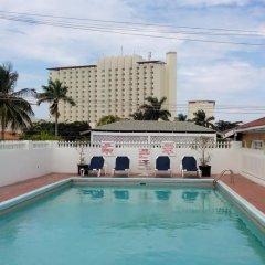 Village Hotel бассейн