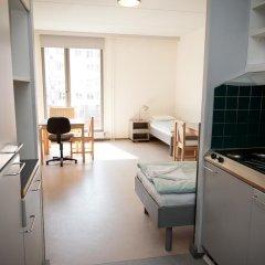 Отель Both Helsinki Кровать в мужском общем номере с двухъярусной кроватью