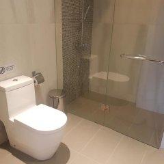 Отель At The Tree Condominium Phuket ванная фото 2