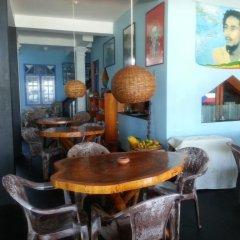 Отель Main Reef Guest House Хиккадува питание