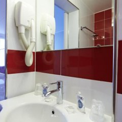 Отель Kyriad Paris 10 - Canal Saint Martin - République 3* Стандартный номер с различными типами кроватей фото 9