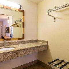 Отель Red Roof Inn Tulare - Downtown/Fairgrounds 2* Улучшенный номер с различными типами кроватей