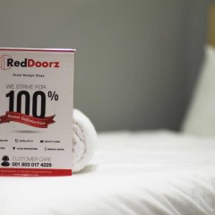 Отель RedDoorz @ Melati Kartika Plaza 2* Стандартный номер с различными типами кроватей фото 2