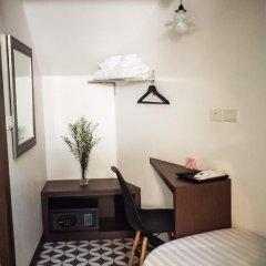 Отель Tha Tian Store Бангкок сейф в номере
