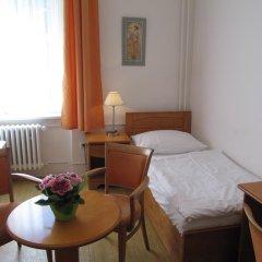 Hotel Jana / Pension Domov Mladeze Стандартный номер с различными типами кроватей (общая ванная комната) фото 2