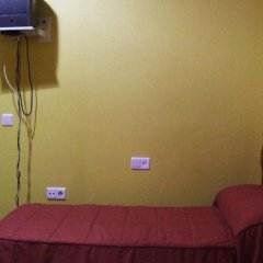 Отель Pension Macarena сейф в номере
