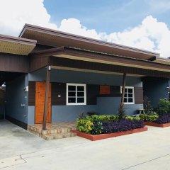 Отель Benwadee Resort парковка
