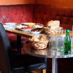 Отель Academus Cafe Pub & Guest House Вроцлав в номере фото 2