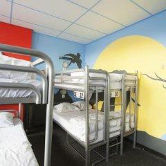 Отель The Flying Pig Uptown Кровать в общем номере с двухъярусной кроватью фото 12