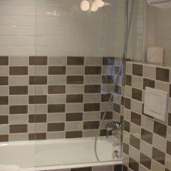 Отель Hôtel des 3 Poussins Франция, Париж - 3 отзыва об отеле, цены и фото номеров - забронировать отель Hôtel des 3 Poussins онлайн ванная