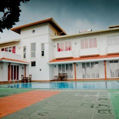 Отель Aaron Beach Villa бассейн