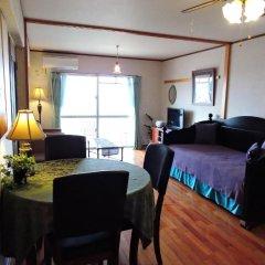 Апартаменты Umi No Mieru Apartment Центр Окинавы комната для гостей фото 3