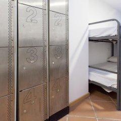 Galaxy Star Hostel Barcelona сейф в номере