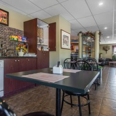 Отель Econo Lodge Montmorency Falls Канада, Буашатель - отзывы, цены и фото номеров - забронировать отель Econo Lodge Montmorency Falls онлайн питание фото 2