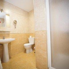 Отель Hostal Avenida Испания, Кониль-де-ла-Фронтера - отзывы, цены и фото номеров - забронировать отель Hostal Avenida онлайн ванная фото 2