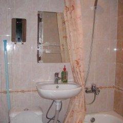 Гостиница na Dome Oborone в Тюмени отзывы, цены и фото номеров - забронировать гостиницу na Dome Oborone онлайн Тюмень ванная фото 2