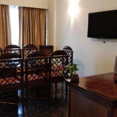 Отель The Suryaa New Delhi 5* Люкс повышенной комфортности с различными типами кроватей фото 7