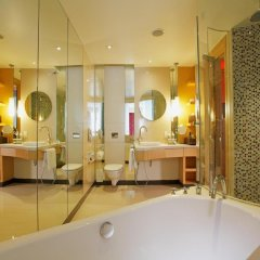 Отель Centara Grand at CentralWorld 5* Улучшенный номер с различными типами кроватей фото 3