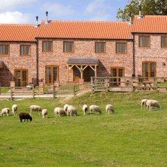 Отель Red House Farm Cottages с домашними животными