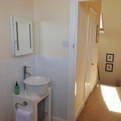 Отель Alcuin Lodge Guest House 4* Стандартный номер с двуспальной кроватью (общая ванная комната)
