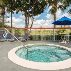 Отель Comfort Inn & Suites near Universal Orlando Resort бассейн