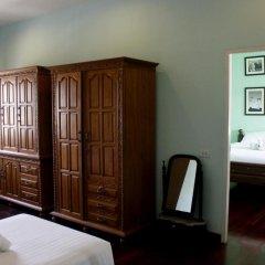 Отель Feung Nakorn Balcony Rooms and Cafe 3* Стандартный семейный номер с различными типами кроватей фото 5