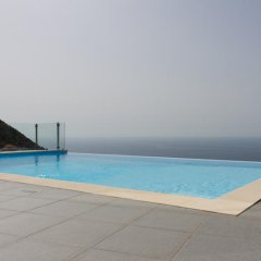 Отель Luxo E Conforto бассейн