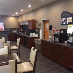 Отель Days Inn & Suites by Wyndham Brooks гостиничный бар