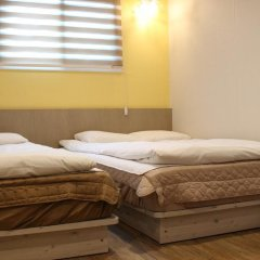 Dongdaemun Hwasin Hostel Стандартный семейный номер с двуспальной кроватью