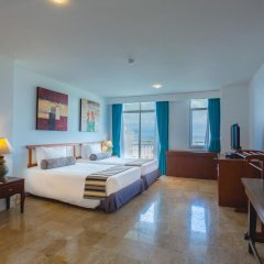Отель Waterfront Suites Phuket by Centara Люкс с двуспальной кроватью
