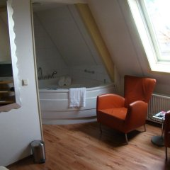 Hotel de Tabaksplant 3* Номер с общей ванной комнатой с различными типами кроватей (общая ванная комната)