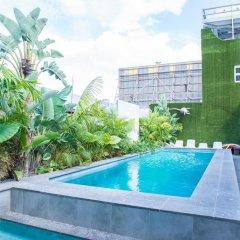 Отель Bunk Backpackers бассейн