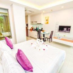Отель At The Tree Condominium Phuket Номер Делюкс с двуспальной кроватью фото 10