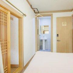 Отель Hi Jun Guesthouse Hongdae 2* Стандартный номер с двуспальной кроватью фото 5